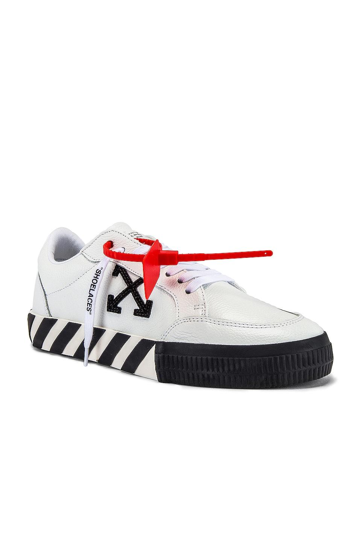 OFF-WHITE Low Vulcanized Sneaker en White & Black